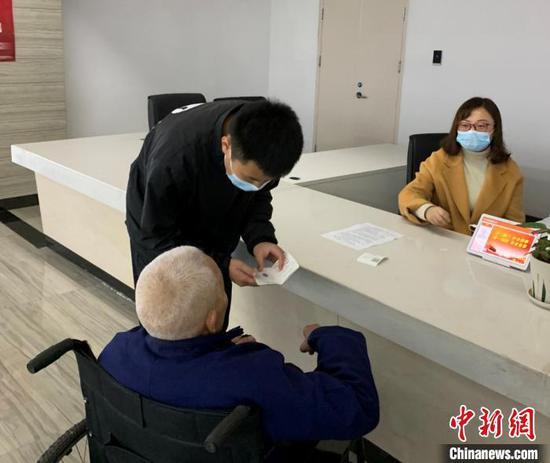 图为汇川区政务中心引导员全程协助老人办事。汇川区营商环境建设局供图