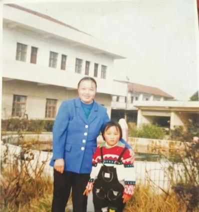 王美红和妈妈。 (受访者供图)