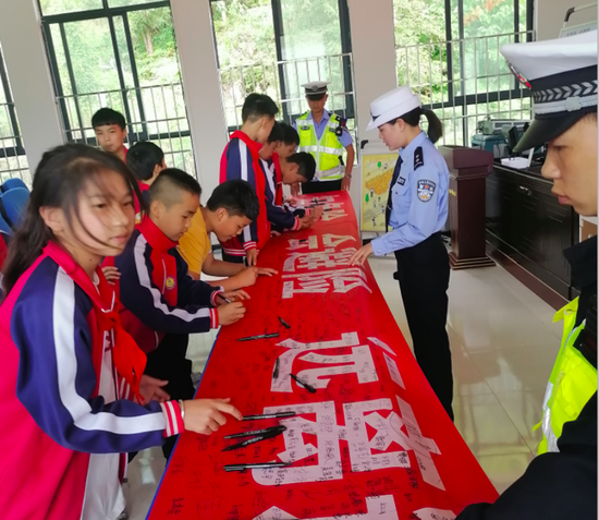 活动中,孩子们开展交通安全千万人签名活动