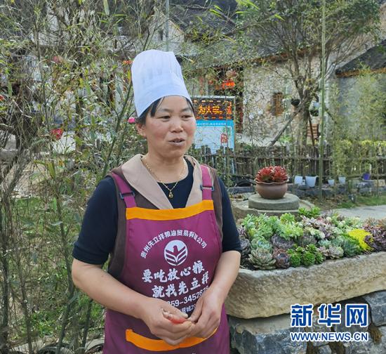 村民李素碧在农家乐当服务员。 向定杰 摄