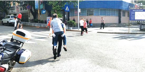 背着老人过马路