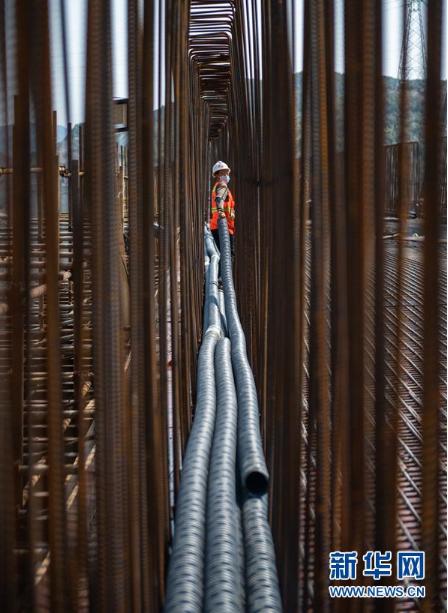 工人在兴义环高双山大桥建设工地施工(3月25日摄)。