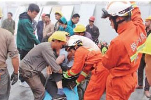工人三楼跌落 钢筋刺入大腿