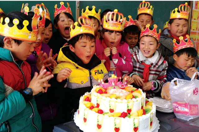 清镇一小学53名留守儿童齐过生日
