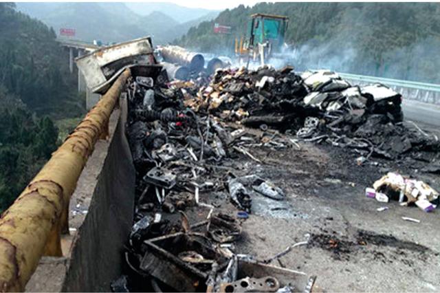 贵遵高速上货车凌晨起火 消防用70吨水4小时才扑灭