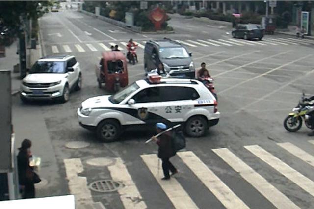 走在斑马线中央行车道绿灯亮了 警车护送老奶奶过街