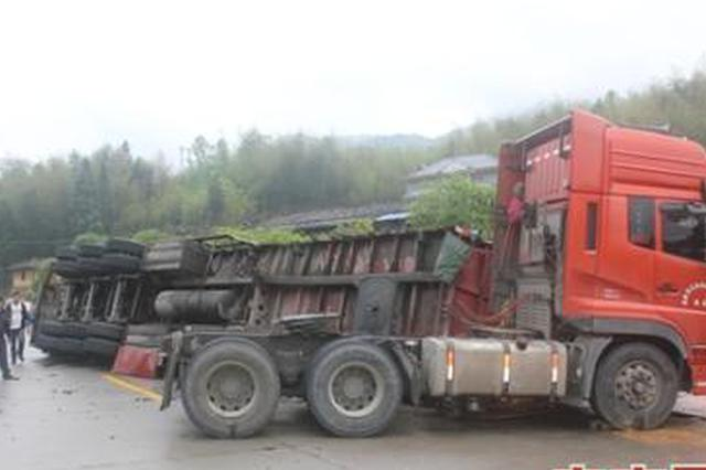 货车侧翻货物散落 暴雨中十余警力相助保住一车货物