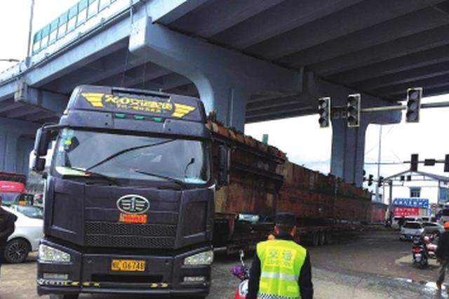 经开区:车长38米路宽五六米 货车要转弯吊车来帮忙