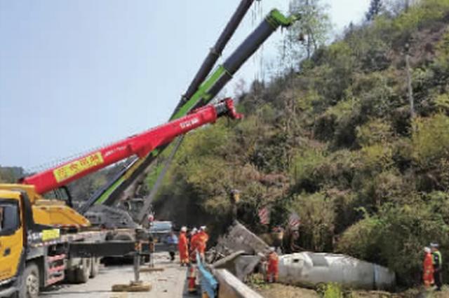 一水泥罐车冲出公路后侧翻 50吨罐体脱落 砸中驾驶室