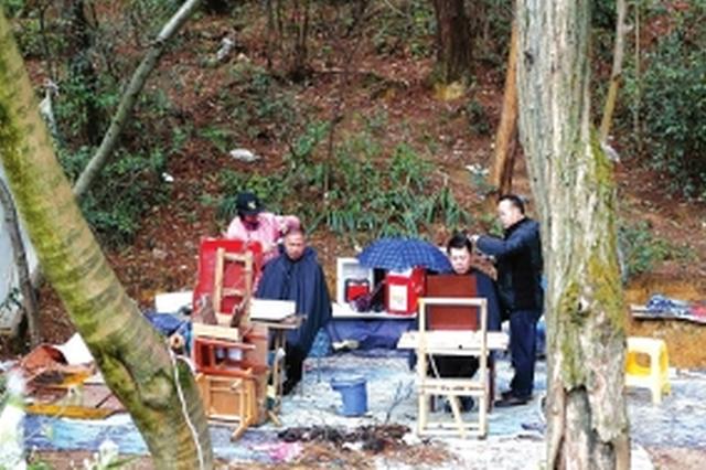 观山湖区:森林理发摊5元理个发 每天接待六七十人