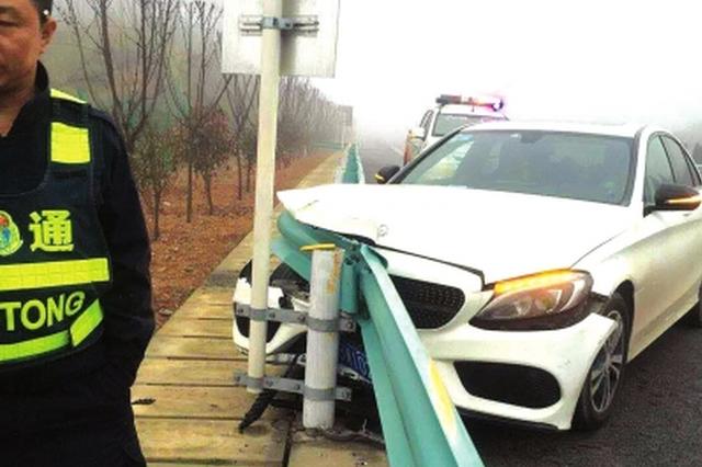 疲劳驾驶奔驰撞护栏 事发贵遵复线幸无人员受伤