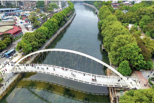 贵阳南明河上又添一座人行桥 预计本月中旬正式开通