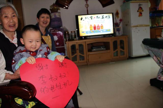 【许愿树】:患病母女想要一台电视机 市民抢着献爱心