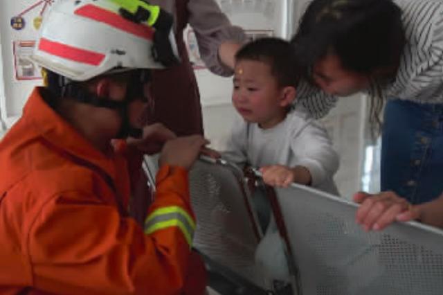 遵义:男孩腿被卡 消防秒施救