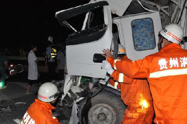 两辆车相撞司机被困 消防员20分钟救出司机