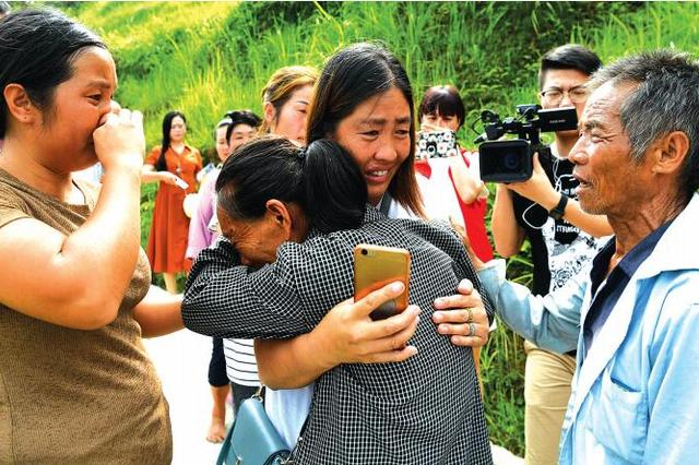 15岁被拐20年后终于回到家乡 母女相拥泣不成声
