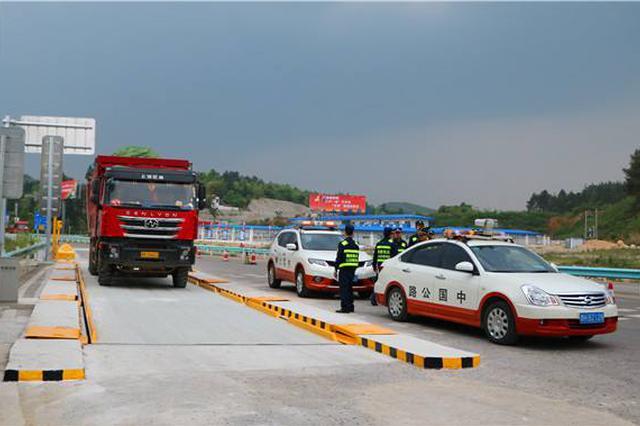 贵州:高速入口治超一个月 3000余超限车辆被劝返