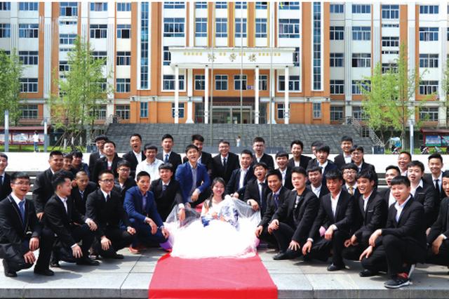 """六盘水师范学院毕业秀 41名男生向唯一班花""""求婚"""""""