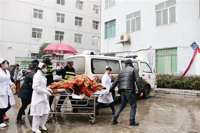 工人手指被切断:就医途中迷路 警车开道救助