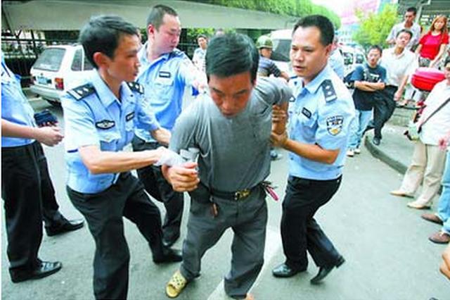 父子暴力抗法 致3名民警受伤