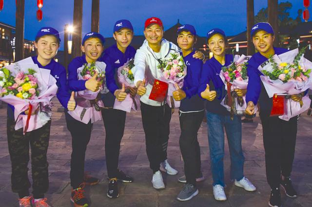 丹寨6少年圆满完成世界杯护旗手任务后返回贵州