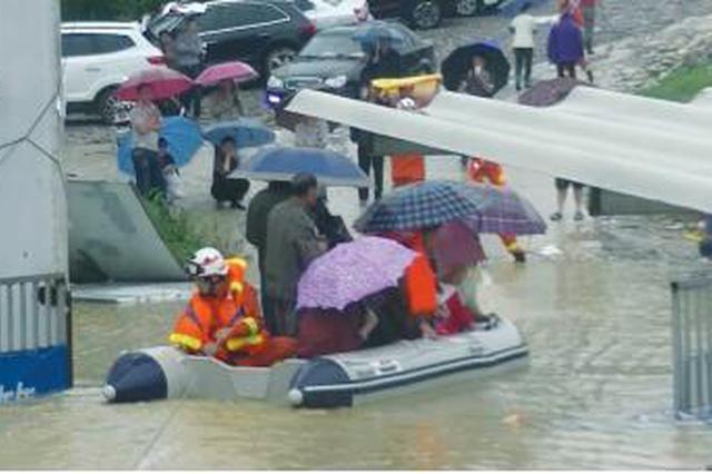 受强降雨天气影响 贵安新区部分道路现内涝