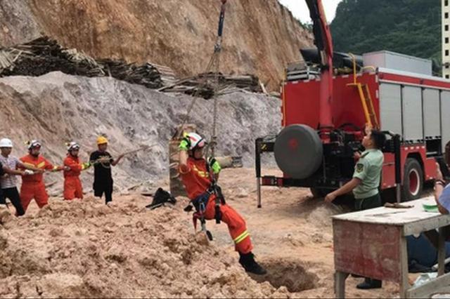 贵州铜仁:工人踩断盖板坠入洞底 消防绳降救援