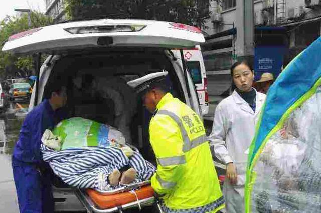车上孕妇大出血 的哥街头求助交警