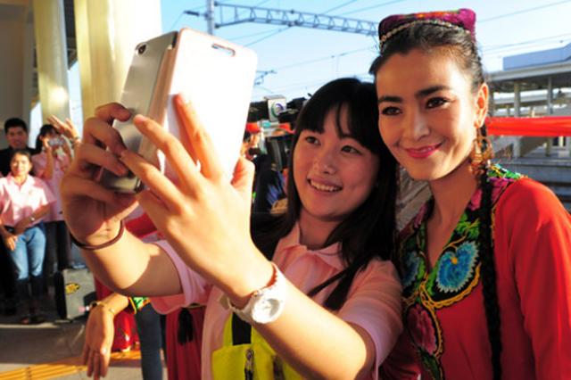 志愿服务新疆1至3年 56名贵州大学生启程