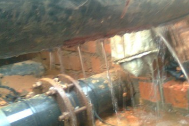 贵阳:调试水压刚装的水管爆了 房主和售货方协商未果