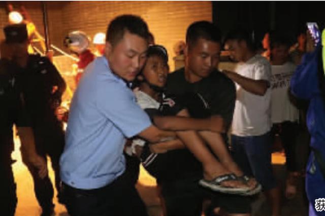 务川:20米深墙缝中 营救被困男孩