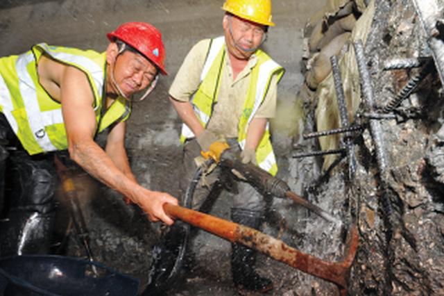 工人正在开凿基坑。