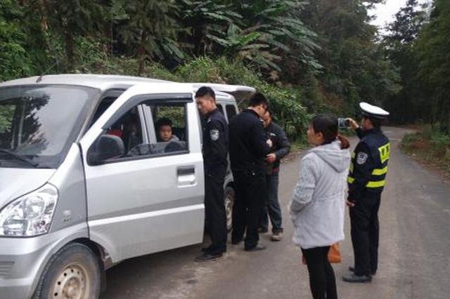 毕节交警与纳雍交警联合开展面包车交通违法专项整治