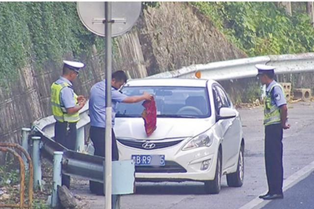 驾驶员用毛巾遮挡号牌本想逃避处罚 却被扣了12分
