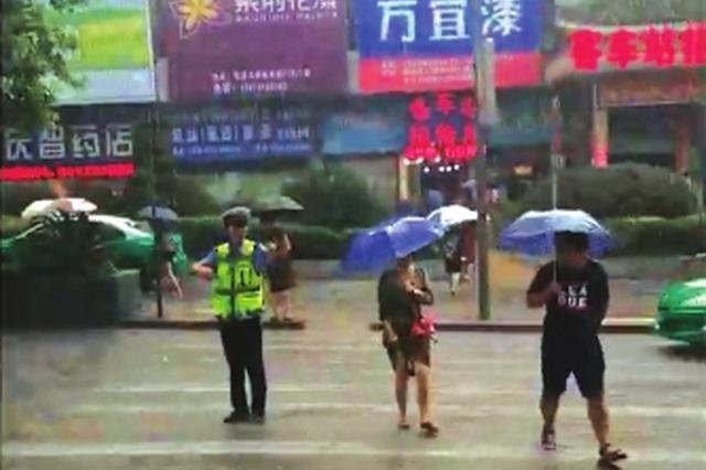 晚高峰冒着大雨疏导交通被市民拍下视频 市民纷纷点赞