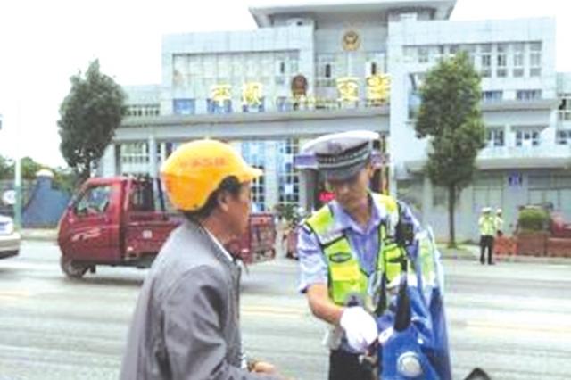 平坝整治违法摩托 16人无证驾驶被拘