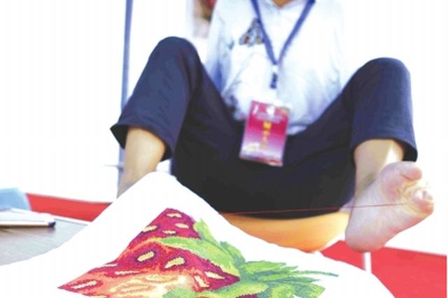 """贵州省残疾人职业技能竞赛开赛 无手女孩脚秀""""针功夫"""""""