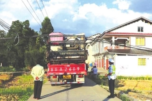 遵义:超高货车强行通过 挂断4根电缆线杆