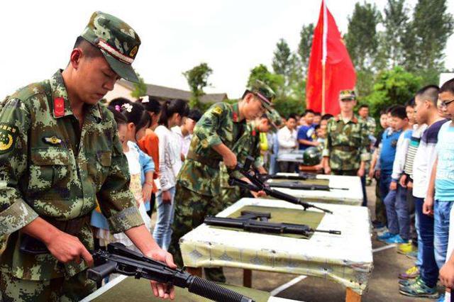 贵阳全民国防教育日 400学生参观军营
