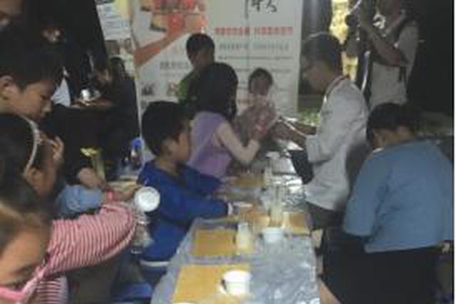 长桌宴上 孩子动手做月饼