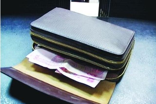 捡到钱包老太太急坏了 民警最终通过包内会员卡找到失主