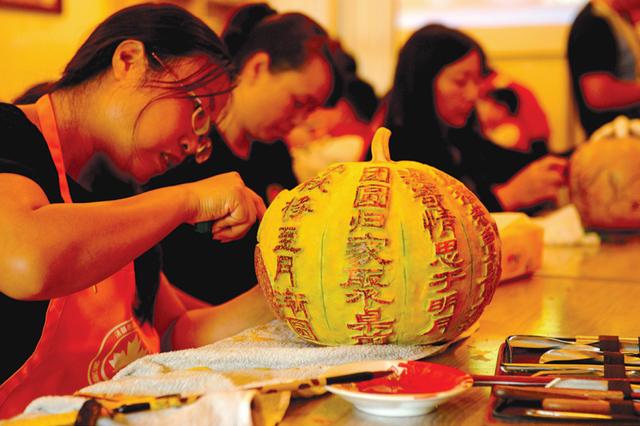 清镇雕刻大师走进学校走进社区:中秋节 雕瓜灯