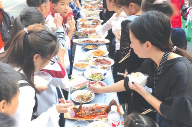 中秋长桌宴拉近邻里情 100名居民齐聚一堂品美味庆团圆