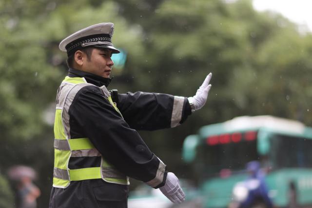 黔西南高速交警:营造和谐稳定的道路交通环境