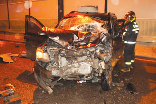 凌晨面包车的士猛烈相撞 多人受伤