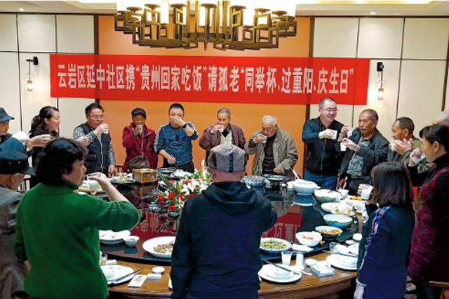延中社区邀请20多位孤寡老人过节