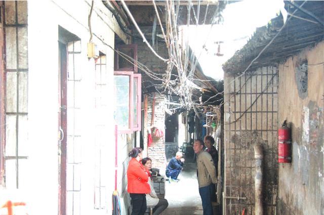 房屋低矮电线露出火灾隐患严重 上河坎街 让人担心