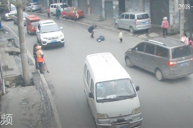 男子醉酒后带3岁儿子路中拦车 躺在马路上呼呼大睡