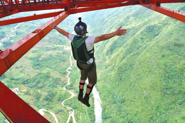 低空跳伞国际邀请赛昨日开赛 30名世界高手同台竞技