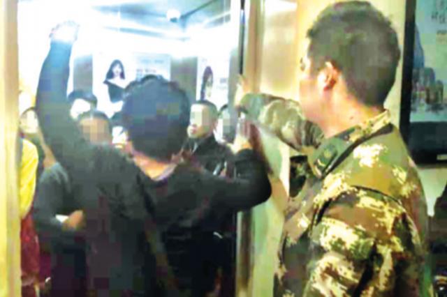 老人小孩及孕婦等10人被困電梯內 網格警成功救援